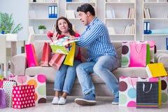 Młoda para po robić zakupy z wiele torbami Obrazy Royalty Free