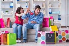 Młoda para po robić zakupy z wiele torbami Zdjęcie Royalty Free