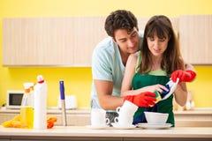 Młoda para pracuje przy kuchnią obraz stock