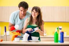 Młoda para pracuje przy kuchnią obrazy royalty free