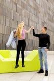 Młoda para ucznie ma zabawę outdoors Zdjęcia Stock
