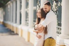Młoda para w miłości w miasto parku w lecie Zdjęcie Stock