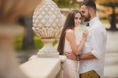 Młoda para w miłości w miasto parku w lecie Zdjęcia Royalty Free