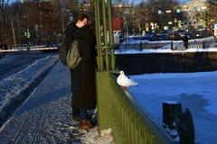 Młoda para w Peter i Paul fortecy w Petersburg, Rosja zdjęcie stock