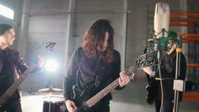 Młoda perspektywiczna rockowa grupa ma powtórkę Ludzie w czerni ubraniach bawi? si? ich cz??ci zbiory wideo
