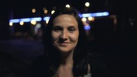 Młoda Piękna Ładna brunetka ono Uśmiecha się I Pozuje przy miasto ulicą przy nocą zdjęcie wideo