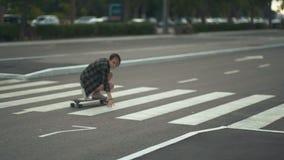 Młoda piękna żeńska modniś jazda na ulicie na deskorolka lub longboard przy dniem zdjęcie wideo
