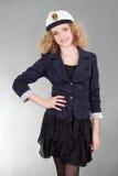 Młoda żeglarz kobieta nad popielatym Fotografia Stock