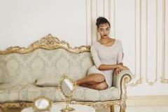 Młoda piękna afroamerican kobieta w studiu piękna błękitny jaskrawy pojęcia twarzy mody makeup kobieta Zdjęcie Royalty Free