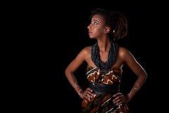 Młoda piękna afrykańska kobieta jest ubranym tradycyjny odzieżowego i j Obraz Stock