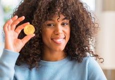 Młoda piękna amerykanin afrykańskiego pochodzenia kobieta w domu zdjęcie royalty free