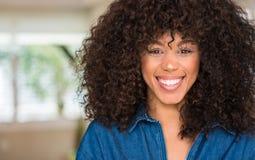 Młoda piękna amerykanin afrykańskiego pochodzenia kobieta w domu obraz royalty free