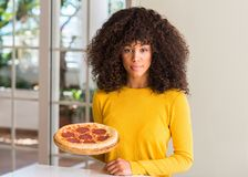 Młoda piękna amerykanin afrykańskiego pochodzenia kobieta w domu fotografia stock