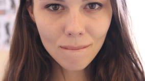 Młoda Piękna, Atrakcyjna Żeńska kobieta i Scena Filmująca na Jaskrawym zimy słońcu i zbiory wideo