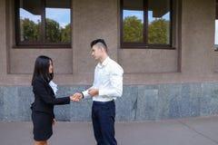 Młoda piękna azjatykcia biznesowa kobieta i caucasian męski spojrzenie przy Zdjęcie Stock