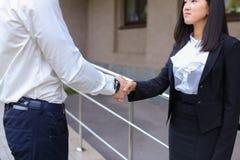 Młoda piękna azjatykcia biznesowa kobieta i caucasian męski spojrzenie przy Zdjęcia Royalty Free