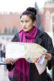Młoda piękna azjatykcia dziewczyna trzyma turystyczną mapę Moskwa Obrazy Royalty Free