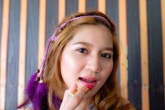 Młoda piękna azjatykcia kobieta stosuje makijaż zdjęcie royalty free