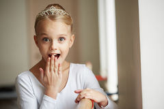 Młoda piękna balerina trenuje blisko okno Fotografia Royalty Free