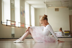 Młoda piękna balerina trenuje blisko okno zdjęcia royalty free
