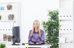 Młoda piękna biznesowa kobieta pracuje z komputerem Zdjęcia Royalty Free