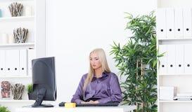 Młoda piękna biznesowa kobieta pracuje z komputerem Obrazy Royalty Free