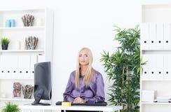 Młoda piękna biznesowa kobieta pracuje z komputerem Obraz Royalty Free