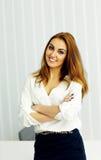 Młoda piękna bizneswoman pozycja z rękami składać Fotografia Stock
