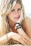 Młoda piękna blond dziewczyna, nadmorski z piegami Lato fotografia royalty free