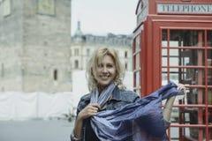 Młoda piękna blondynka modela dziewczyna w starym miasteczku w wiośnie obraz stock