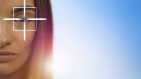 Młoda piękna blondynki dziewczyna sprawdza jej wzrok przy kliniką zbiory wideo