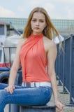 Młoda piękna blondynki dziewczyna w czerwony lato cajgów i bluzki pozować elastyczny Obrazy Stock
