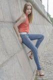 Młoda piękna blondynki dziewczyna w czerwony lato cajgów i bluzki pozować elastyczny Zdjęcie Royalty Free
