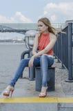 Młoda piękna blondynki dziewczyna w czerwony lato cajgów i bluzki pozować elastyczny Fotografia Royalty Free