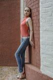 Młoda piękna blondynki dziewczyna w czerwony lato cajgów i bluzki pozować elastyczny Obrazy Royalty Free