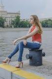 Młoda piękna blondynki dziewczyna w czerwony lato cajgów i bluzki pozować elastyczny Zdjęcie Stock