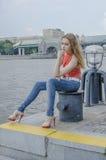 Młoda piękna blondynki dziewczyna w czerwony lato cajgów i bluzki pozować elastyczny Obraz Stock