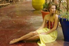 Młoda piękna blondynki kobieta w naturze obrazy royalty free