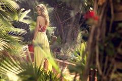 Młoda piękna blondynki kobieta w naturze fotografia royalty free