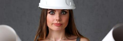 Młoda piękna brunetki dziewczyna jest ubranym białego hełm Obraz Stock