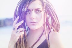 M?oda pi?kna brunetki dziewczyna z kropkami na ona twarz i dreadlocks, etniczny styl, zbli?enie portret fotografia royalty free