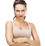 Młoda piękna brunetki kobieta w beżowych sportach przekazuje Obraz Royalty Free