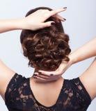 Młoda piękna brunetki kobieta w czerni sukni od tylnej strony Zdjęcia Stock