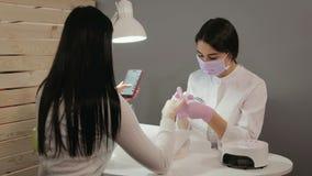 Młoda piękna brunetki kobieta w manicure'u salonie zbiory