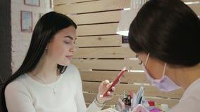 Młoda piękna brunetki kobieta w manicure'u salonie zbiory wideo