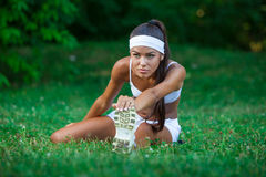 Młoda piękna brunetki sportsmenka plenerowa Obrazy Royalty Free