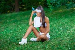 Młoda piękna brunetki sportsmenka plenerowa Fotografia Stock