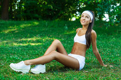 Młoda piękna brunetki sportsmenka plenerowa Zdjęcie Stock