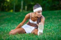 Młoda piękna brunetki sportsmenka plenerowa Zdjęcia Stock