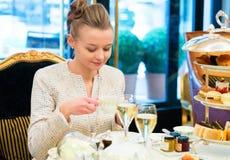 Młoda dama przy wysoką herbacianą ceremonią Fotografia Stock
